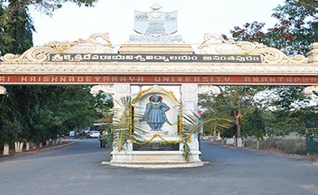 SKU University Higher Officers Negligence On Students Convocation In Anantapur - Sakshi