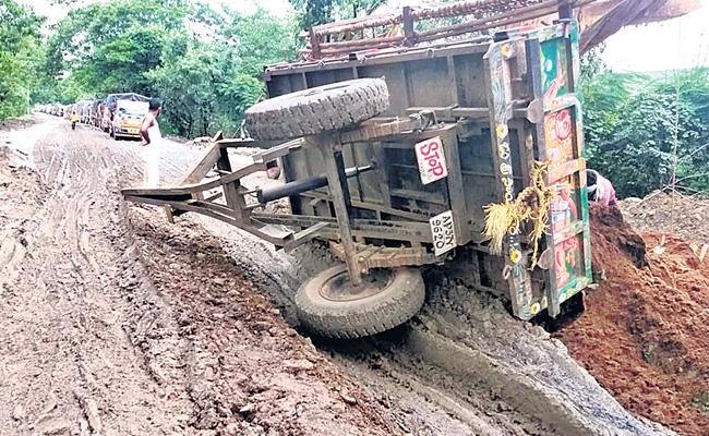 Dangerous Roads From Khammam To Rajahmundry - Sakshi