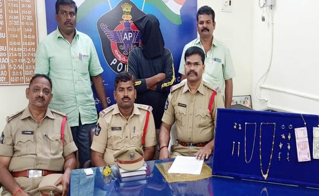Thief Arrested, Gold Recovered - Sakshi