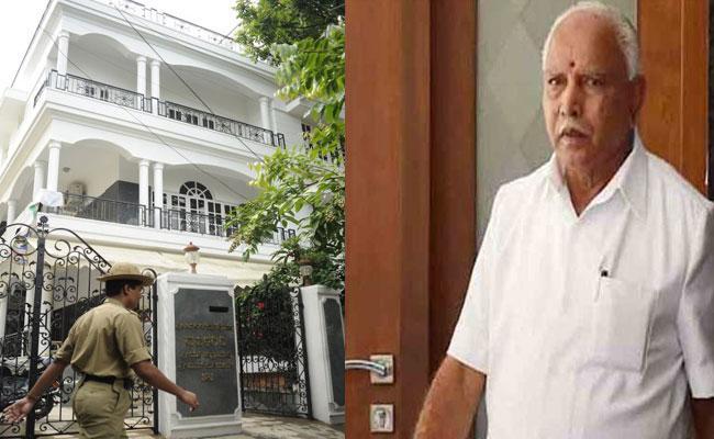 Karnataka MLAs Surrounding At CM Yeddyurappa House Seeking Ministry - Sakshi