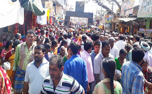Full Of Devotees In Komuravelli Mallikarjuna Swamy Temple At Siddipet - Sakshi