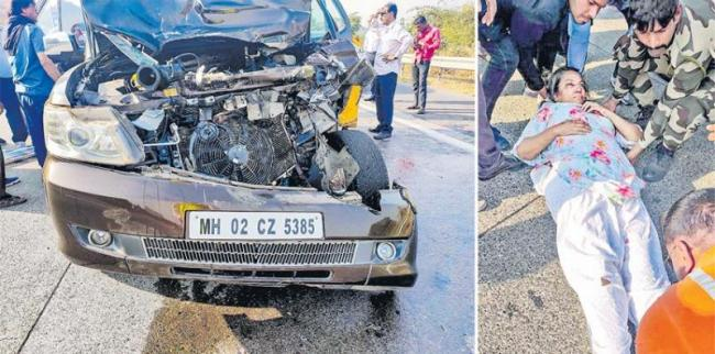 bollywood actress shabana azmi car road accident - Sakshi