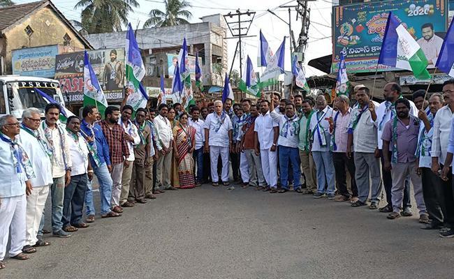 Employees Union Leaders Happy On Visakhapatnam Executive Capital Bill - Sakshi