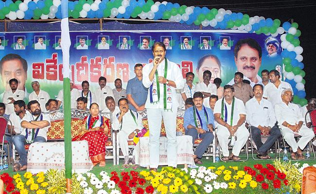 YSRCP Leaders Comments About Three Capitals - Sakshi