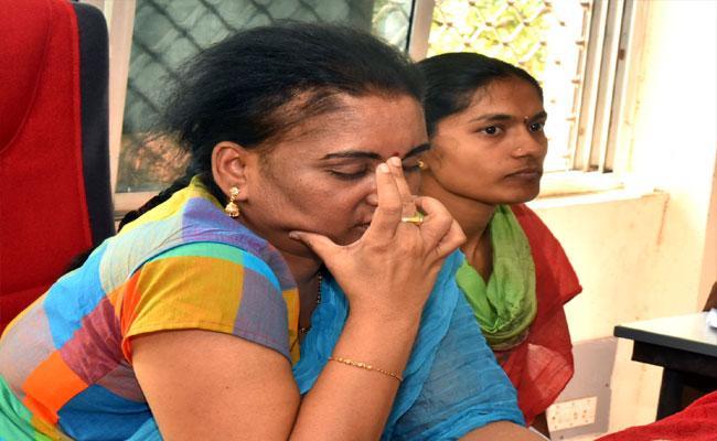 ACB Officials Found Dasari Prasanthi While Accepting Bribe - Sakshi