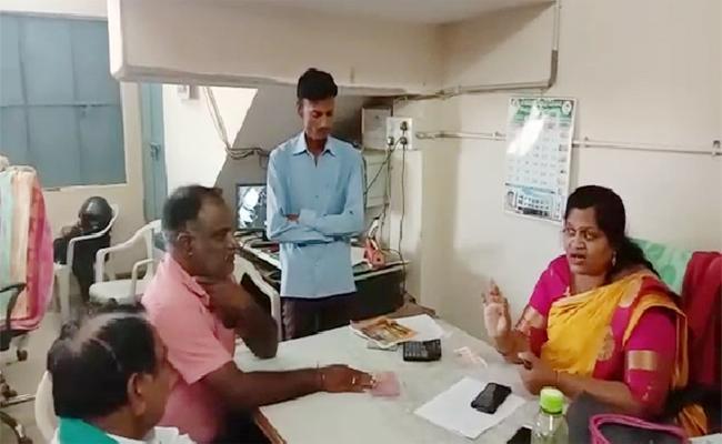 Women Take Loan With Fake Gold Jewellery In Karimnagar - Sakshi
