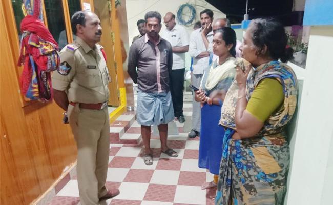 Gold And Money Robbery in Madamanuru PSR Nellore - Sakshi