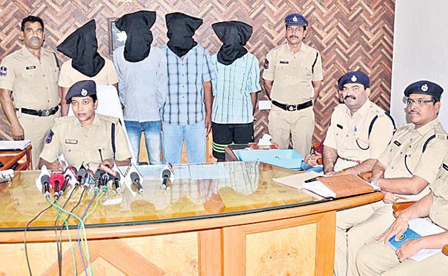 Ganja Smuggling Gang Arrested At Mahabubnagar - Sakshi