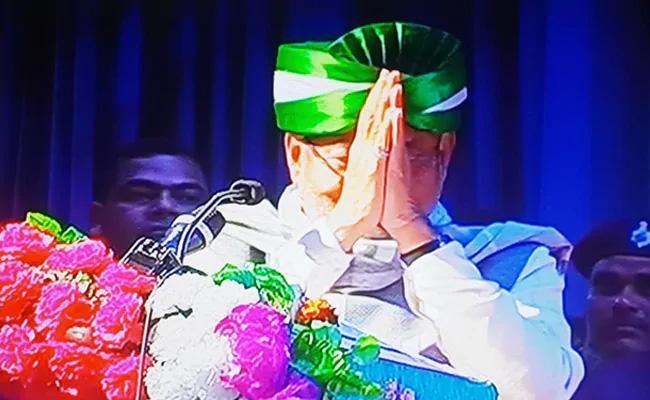 Nitish Kumar Folded His Hands Before The Media - Sakshi