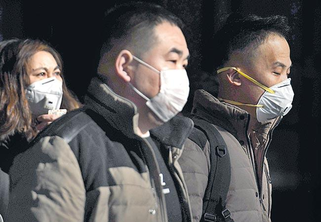 China confirms 880 coronavirus cases with 26 deaths - Sakshi