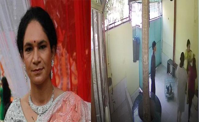 Naseeruddin Shah Daughter Heeba Shah Assaults Women Employees At Clinic - Sakshi
