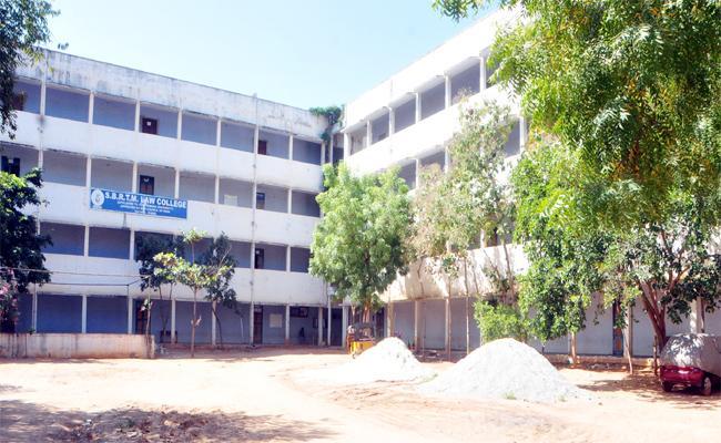Mejority Tamil Students in YSR Kadapa Law College - Sakshi