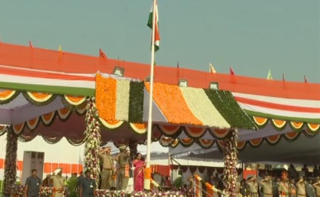 Republic Day 2020: Governor Biswabhusan Harichandan hoists national flag At Vijayawada - Sakshi