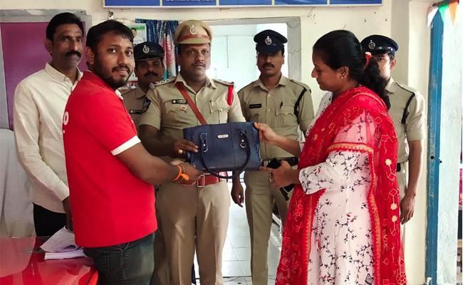 Zomato Food Delivery Boy Hand Bag Return in Police Station West Godavari - Sakshi