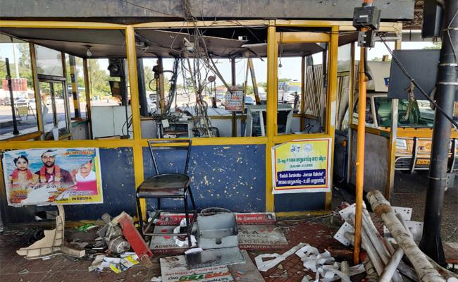 Tollgate Staff Fighting With Bus Driver And Conductor in Tamil nadu - Sakshi