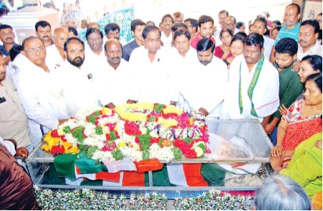 Minister Jagadish Reddy And Celebrities Gave Tributes To Congress Leader Gangadhar - Sakshi