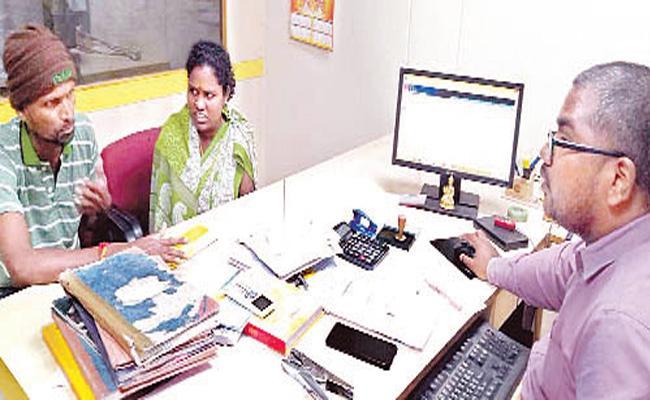 Fake officer cheating in Srikakulam District - Sakshi