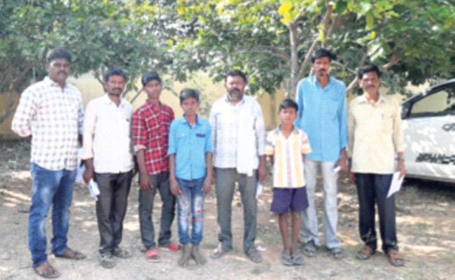 Police Found Gutti Missing Students In Karnataka - Sakshi