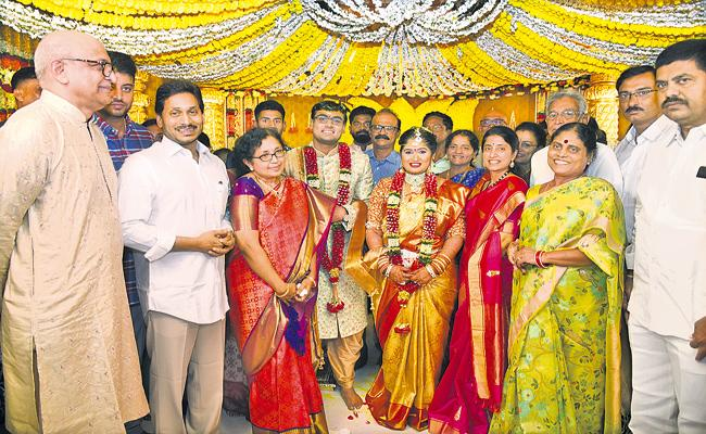 CM YS Jaganmohan Reddy Couple Blessings for Bride and Groom - Sakshi