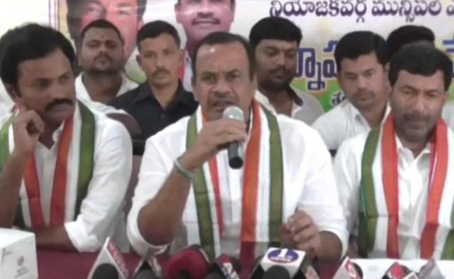 Telangana Municipal Elections Congress Activists Quarrelled In Yadadri - Sakshi