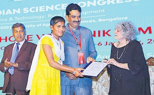 Infosys Award To Tribal Girl From Mahabubabad - Sakshi