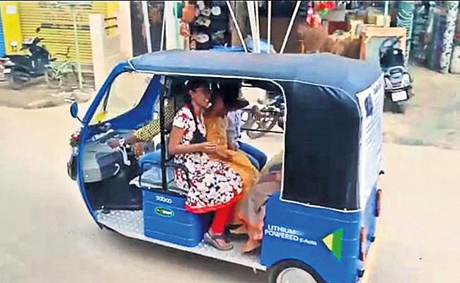 Couple Start Auto Social Service For Safety Journey Rajendra Nagar - Sakshi