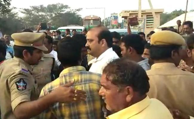 TDP Goons Tried To Attack On Anil Kumar In Vijayawada - Sakshi