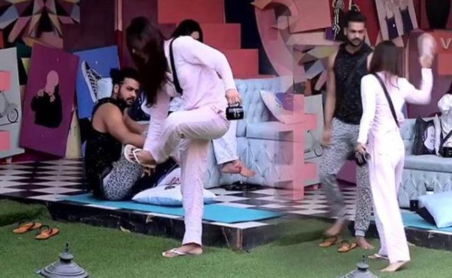 Bigg Boss Hindi: Madhurima Hits Vishal Aditya Singh With Slipper - Sakshi