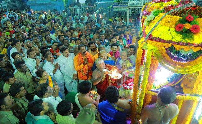 Mukkoti Ekadasi Huge Rush Of Devotees At Vemulawada - Sakshi