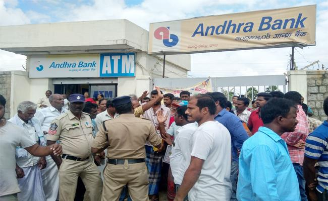 Account Holders Protest in front of Andhra Bank in Chittoor - Sakshi