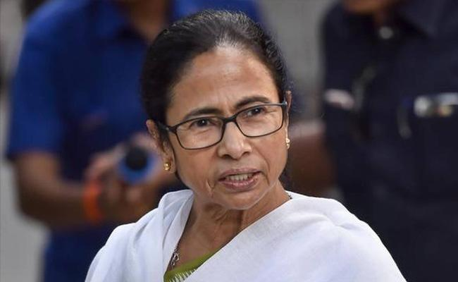 CM Mamata Banerjee Slams Political Parties Who Calls For Strike In Bengal - Sakshi