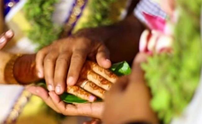 Boyfriend Killed Lover And Surrender in Police Station Tamil Nadu - Sakshi