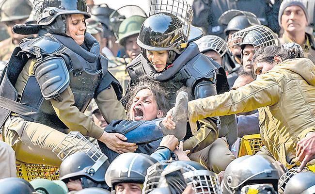 Police Lathicharge On Jamia Millia Islamia University Students At Delhi - Sakshi