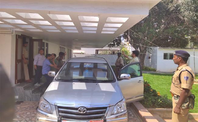 Income Tax Department Raids on TDP Leaders House YSR Kadapa - Sakshi