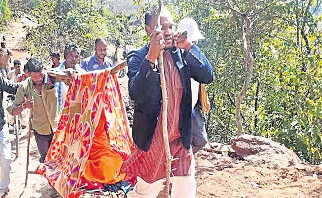 Odisha MLA Carries Pregnant Woman For 5 KM - Sakshi