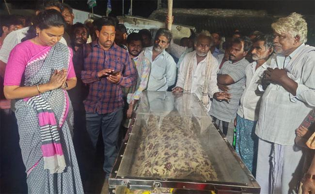 Wife And Children Died In Front Of Husband In Chilakaluripet - Sakshi
