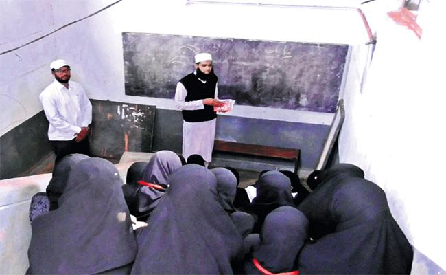 Vikarabad Junior College Students Suffering With Class Rooms - Sakshi