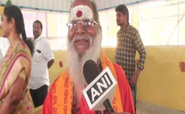 75 Year Old Beggar Donates 8 Lakh To Saibaba Temple In Vijayawada - Sakshi