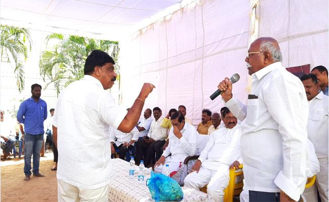 Kurnool TDP Leaders Conflicts in Meeting Dhone - Sakshi