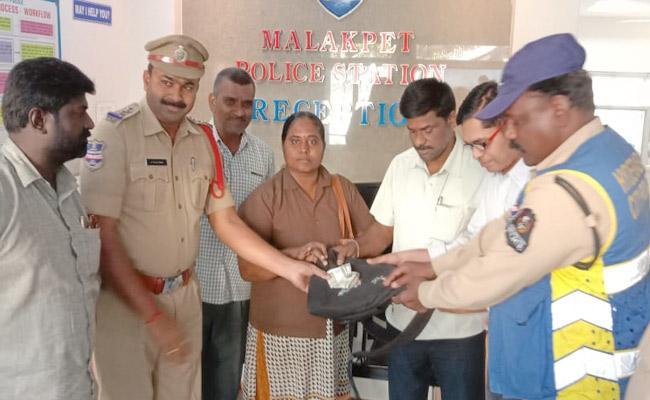 TSRTC Dilsukhnagar Bus Depot Conductor Proves Honesty - Sakshi