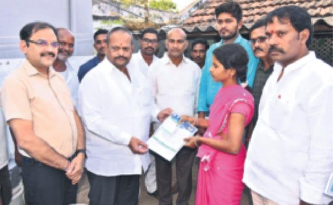 Kolagatla Veerabhadra Swamy Distributes Ration Cards In Vizianagaram - Sakshi