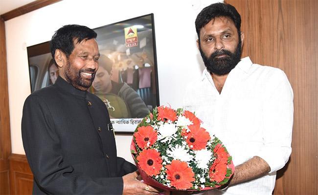 Minister Kodali Nani Meets Union Minister Ram Vilas Paswan - Sakshi