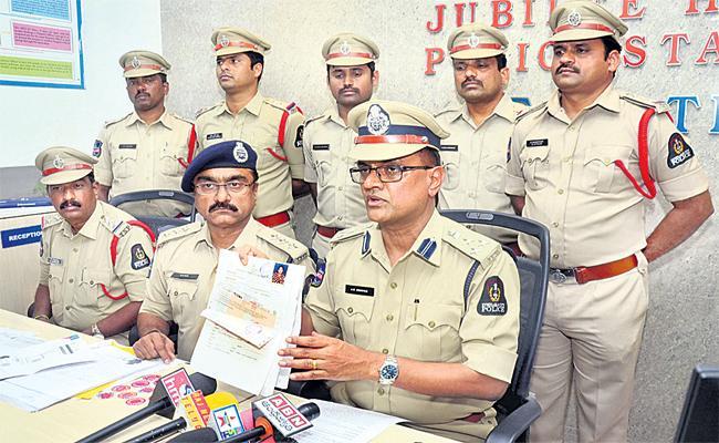 Double Bedroom Scheme Fraud Gang Arrest in Hyderabad - Sakshi