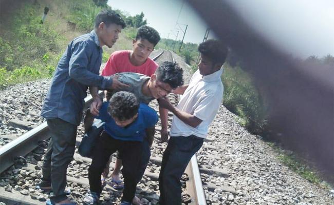Frinds And Railway Keymen Helps Train Accident Injured Person Srikakulam - Sakshi