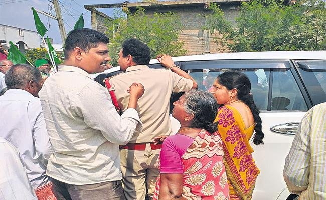 Capital Farmers Attacked Constable Nagur - Sakshi