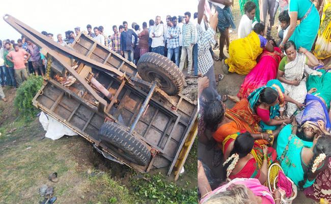 Five Death in Tractor Accident Tenali Guntur - Sakshi