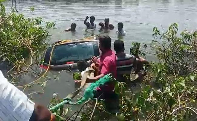Car Falls Into Lake Yadadri District 3 Members Died - Sakshi