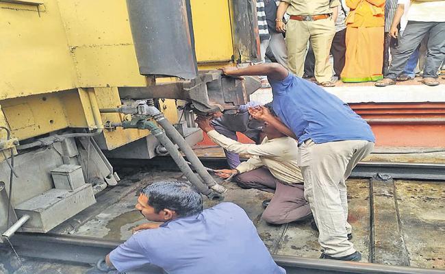 Venkatadri Express Train Escapes From Massive Accident - Sakshi