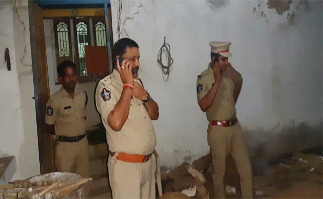 Bomb Blast in Akkampalle Kurnool - Sakshi