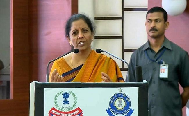 No instruction to banks on withdrawing Rs 2000 notes: Nirmala Sitharaman  - Sakshi